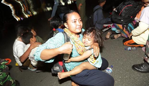 Endonezyada depremzedeler ihtiyaçlarını karşılamada zorlanıyor
