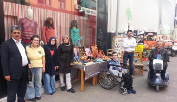 Engelliler, eserlerini sokakta sergiledi