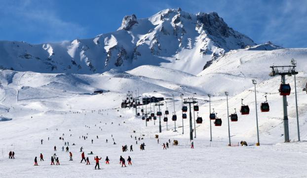 Erciyeste güneşli havada kayak keyfi