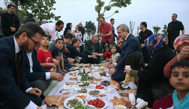 Cumhurbaşkanı Erdoğan vatandaşların iftarına katıldı