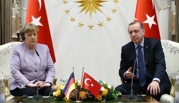 Erdoğandan Merkelin İslamist terör tanımına tepki