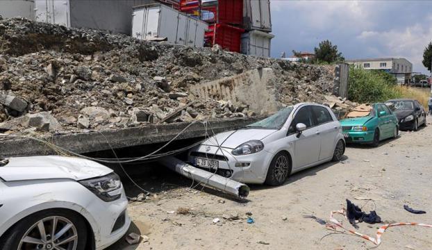 Esenyurttaki toprak kaymasında istinat duvarı araçların üzerine yıkıldı