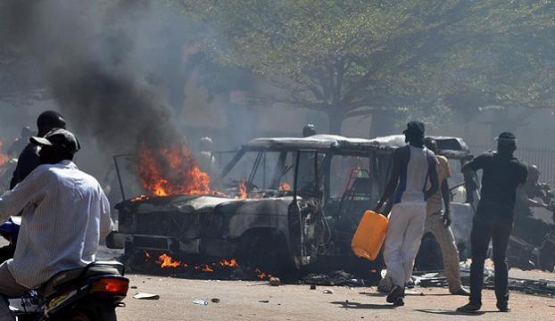 Protestolar sonucunda Devlet Başkanı istifa etti