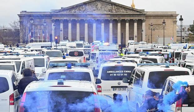 Fransada sarı yeleklilerden sonra ambulans çalışanları ve öğrenciler de sokağa döküldü