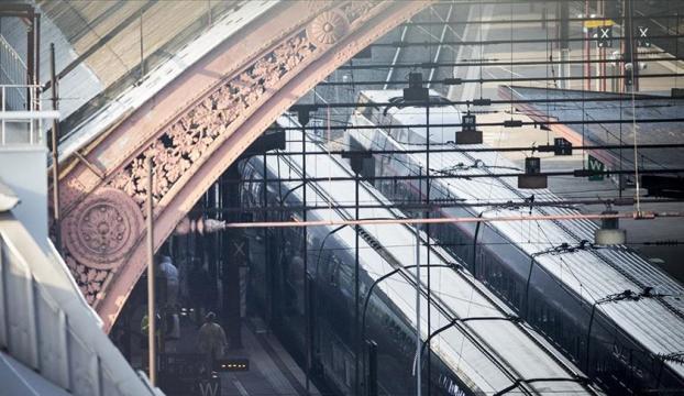 Fransada elektrik arızası nedeniyle binlerce yolcu geceyi yüksek hızlı trenlerde geçirdi