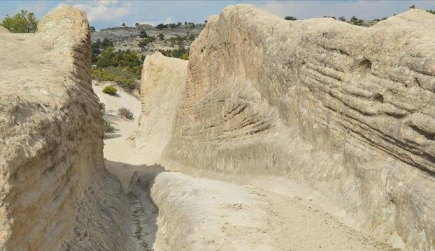 """Frigyadaki """"Antik Yol""""un gizemli izleri jeolog ve arkeologların dikkatini çekiyor"""
