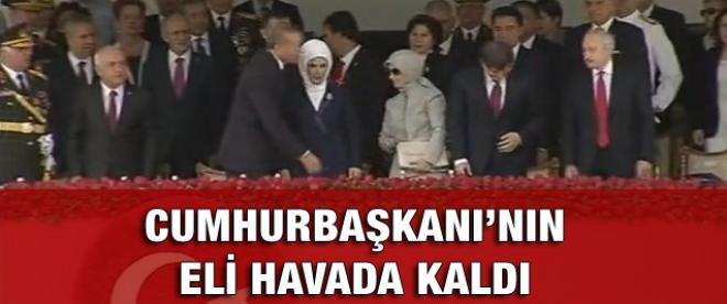 Cumhurbaşkanı'nın eli havada kaldı