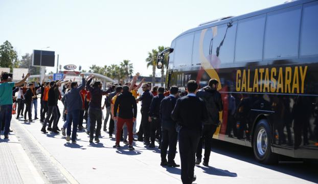 Galatasaray Antalyaya olaylı geldi