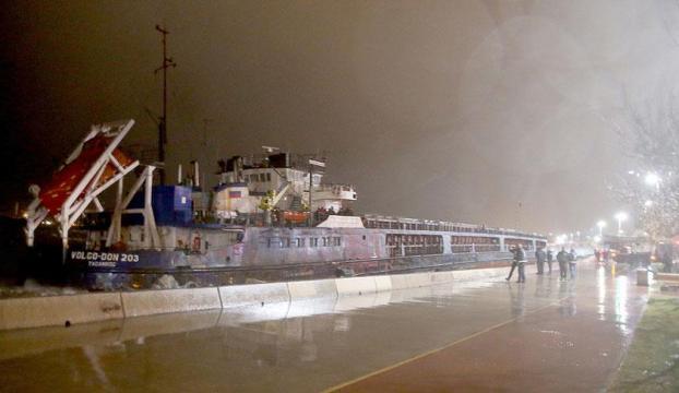 İstanbulda 2 gemi karaya oturdu