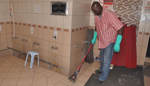 Profesör cami tuvaleti temizliyor