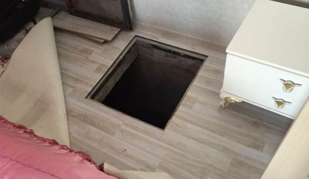 Yatak odasındaki gizli bölümde kaçak sigara bulundu