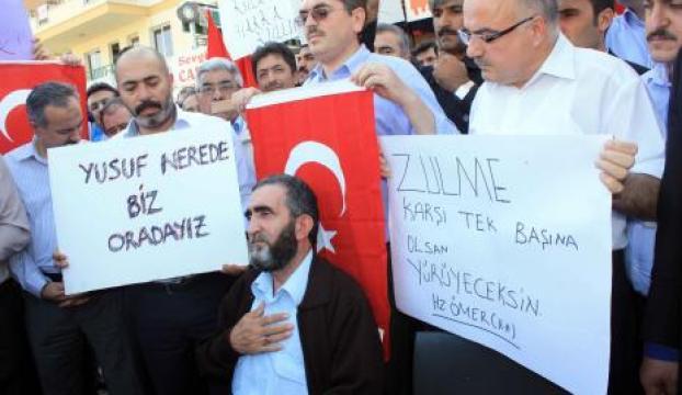 Gözaltına alınan polislere aileleri ve vatandaşlardan destek