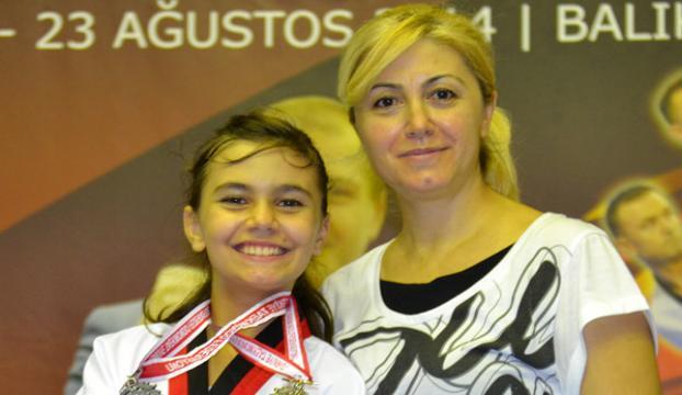Annesi öğretiyor, kızı madalyalar kazanıyor