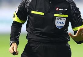 """VAR"" uyarısıyla penaltı kararı verdi soyunma odasına giden futbolcuları çağırdı"