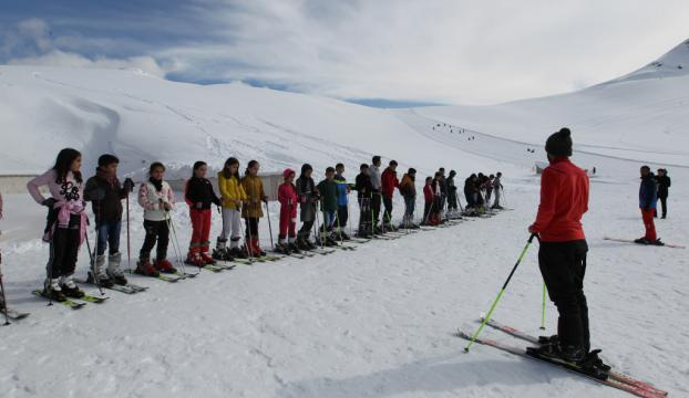Hakkaride 5 bin öğrenciye kayak eğitimi verildi
