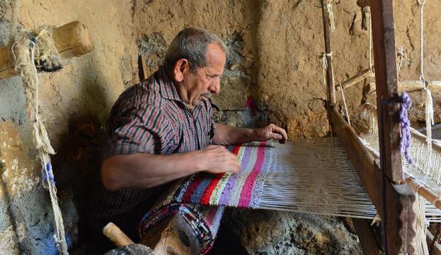 150 yıllık tezgahta ata mesleğini sürdürüyor