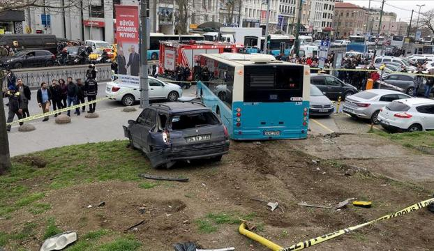 İstanbulda halk otobüsü yaya yoluna girdi: 3 yaralı