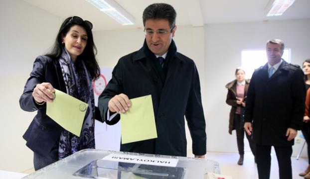 Avrupadaki Türkler halk oylaması için sandık başında