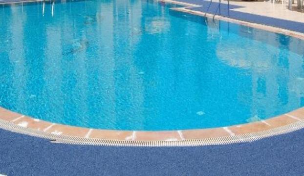 Başını havuzun duvarına çarpan komiser yardımcısı hayatını kaybetti