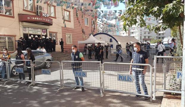 Diyarbakırda HDP il ve ilçe binasında arama