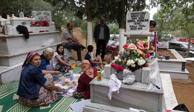 6 asırdır Hıdırellezi mezarlıkta karşılıyorlar