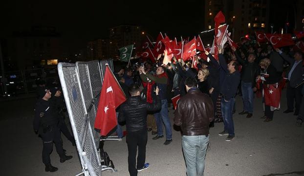 Hollandanın Türkiye temsilcilikleri önünde protesto