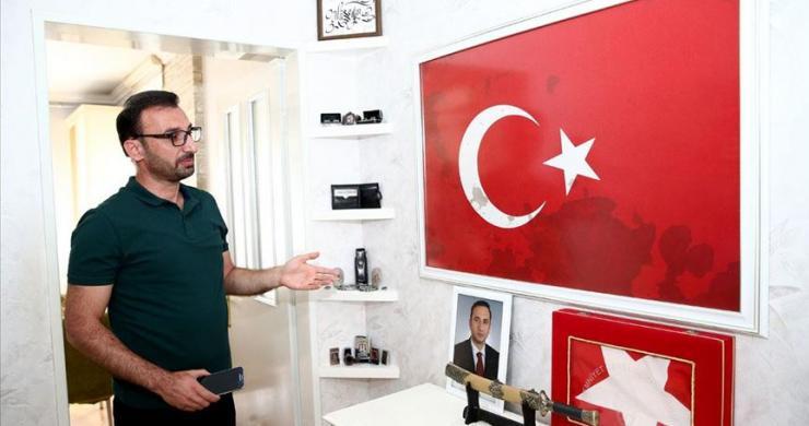 Şehidin kanının bulunduğu Türk bayrağına ailesi gözleri gibi bakıyor