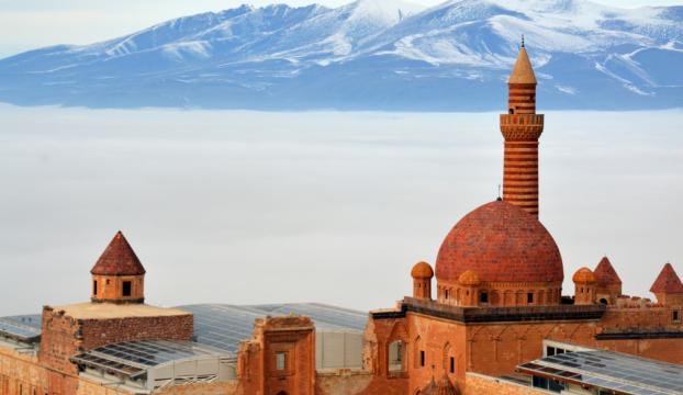 Sisler içindeki tarihi İshak Paşa Sarayı büyüledi