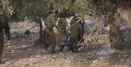 testİsrail askerleri Filistinli genci kameralar önünde böyle öldürdü