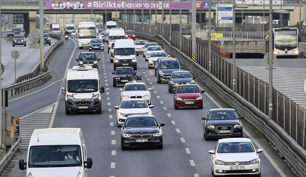 İstanbulda kontrollü normale dönüşün ilk günü trafik yoğunluğu yaşanıyor
