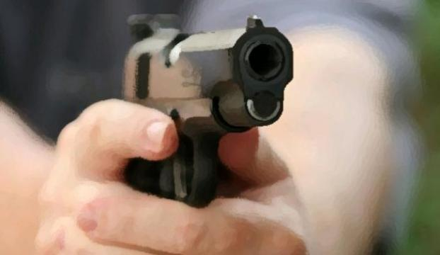 Küçük çocuk kız kardeşini başından vurdu