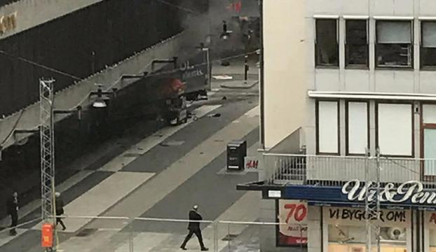 İsveçte kamyon mağazaya daldı