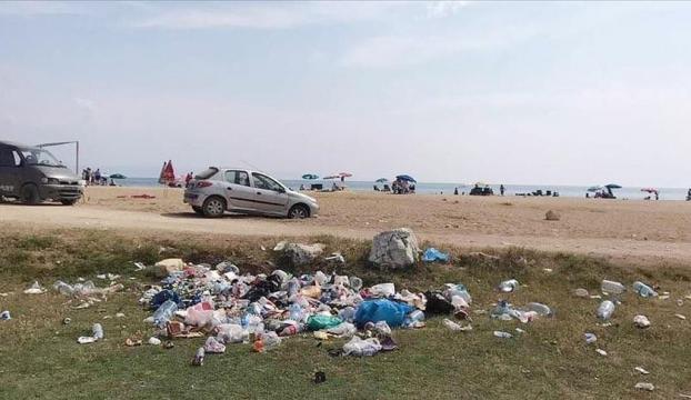 """İtalyan Koyunda """"düşüncesiz tatilcinin"""" çöpleri doğal güzelliği bozuyor"""