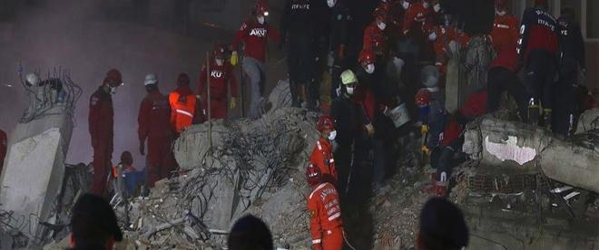 İzmirdeki depremde yıkılan binalarla ilgili 22 kişi hakkında gözaltı kararı verildi