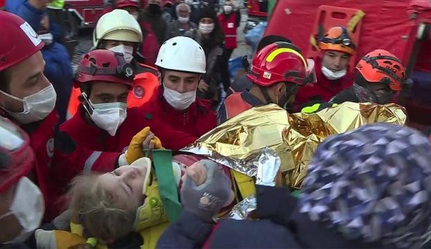 İzmirde yaklaşık 65 saat sonra 3 yaşındaki Elif enkazdan yaralı çıkarıldı