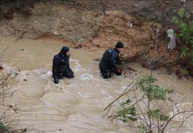 İzmir'de sel sularına kapılan hafif ticari araçtaki 5 kişiden ikisi kayboldu