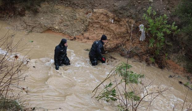 İzmirde sel sularına kapılan hafif ticari araçtaki 5 kişiden ikisi kayboldu