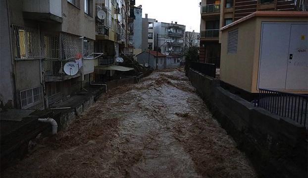 İzmirde sağanak sel ve su baskınlarına neden oldu