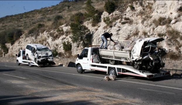 İzmirde trafik kazası: 2 ölü, 1 yaralı