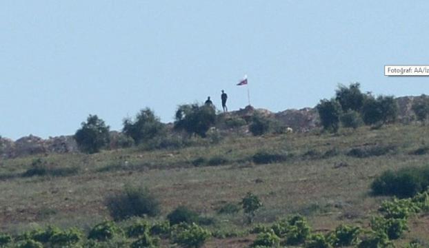 Terör örgütü PYD bölgesinde Suriye ve Rus bayrağı çekildi