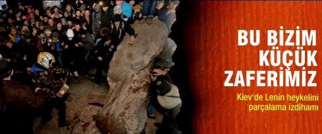 Kiev'de Lenin heykelini parçalama izdihamı
