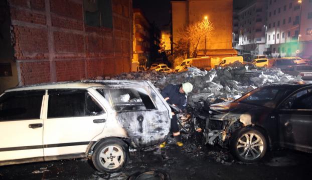Bahçelievlerde iki otomobil yandı