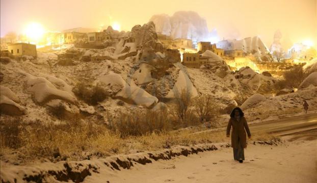 Kar altında beyaza bürünen Kapadokya turistleri hayran bırakıyor
