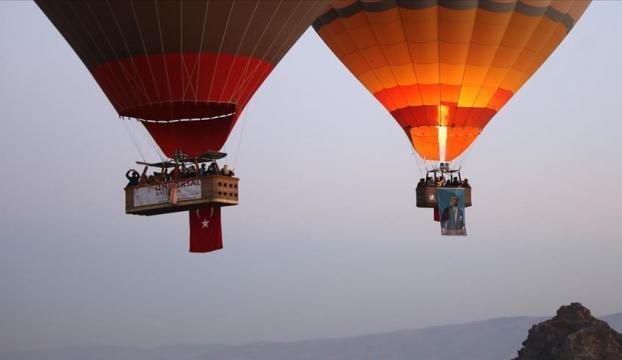 Kapadokyada balonlar, Türk bayrağı ve Atatürk posterleriyle uçtu