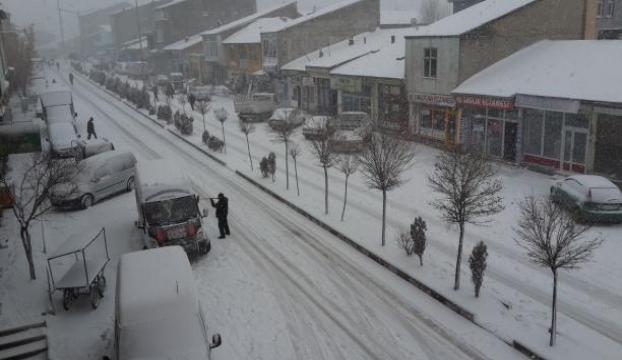 Kar yağışı nedeniyle yollar ulaşıma kapandı