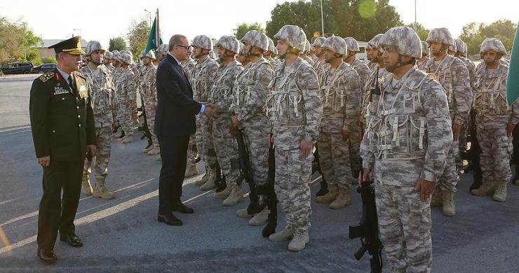 """Cumhurbaşkanı Erdoğan'a Katar'da """"milli tüfek""""li karşılama"""