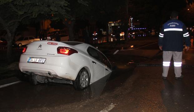 Patlayan su borusunun oluşturduğu çukura otomobil düştü