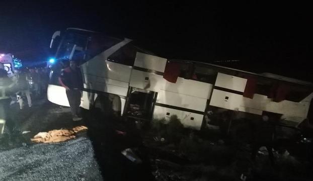 Polis refakatindeki göçmenleri taşıyan otobüs devrildi: 41 yaralı