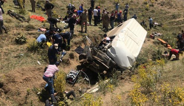 Vanda düzensiz göçmenleri taşıyan minibüs şarampole devrildi: 16 ölü