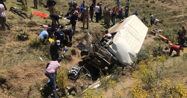 Van'da düzensiz göçmenleri taşıyan minibüs şarampole devrildi: 16 ölü
